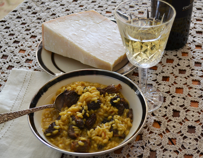 Morel Risotto, a glass of white wine and Parmigiano to taste | labellasorella.com