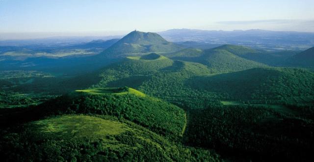 Volcans-dAuvergne-Chaine-des-Puys[1]