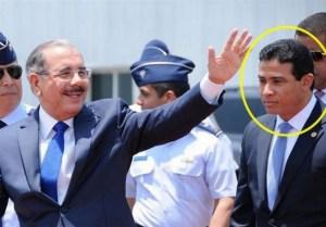 Danilo Medina escoltado por su jefe de seguridad, el mayor general Adán Cáceres