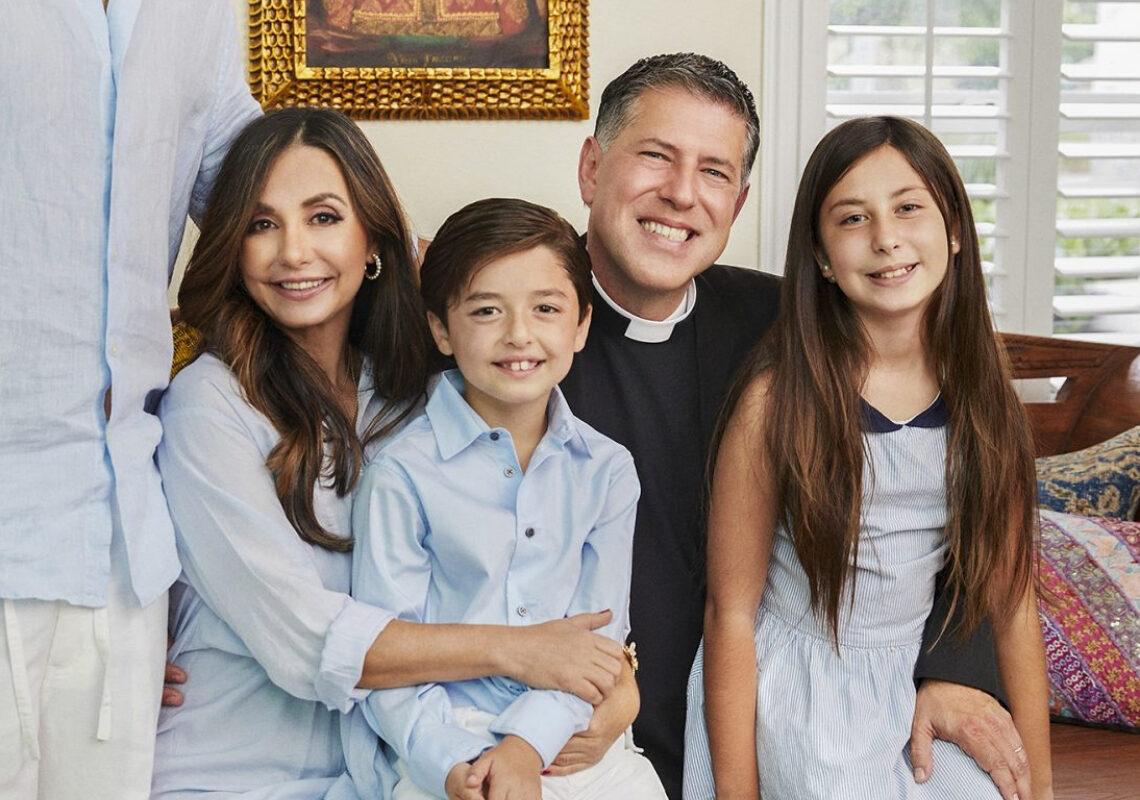 El padre Alberto y su esposa Ruhama, junto a sus hijos