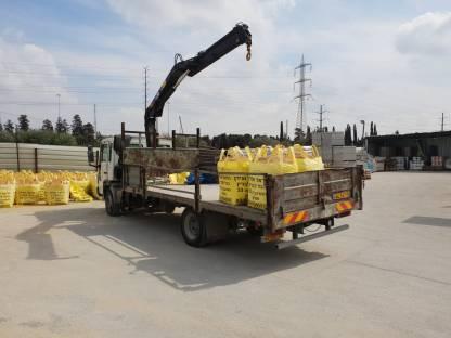 הראל ועידן הכל לבניין המשאית מתחילה להתמלא בחומרי בנייה ללקוח בחולון