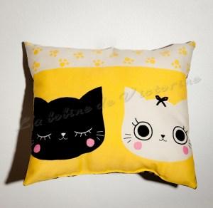 Coussin chat yeux fermés sur fond jaune
