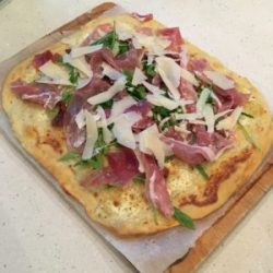 Pizza deliciosa au jambon de parme