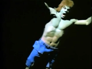 Hulk tombe de l'avion. Image extraite de La mort de l'incroyable Hulk.