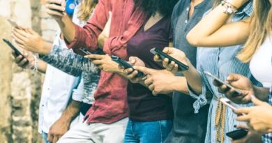 Una compañía en EEUU ofrece 100 mil dólares a quien logre vivir un año sin utilizar un teléfono inteligente