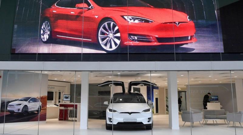 Tesla renuncia a su estrategia de cerrar sus tiendas y subirá el precio de sus coches eléctricos