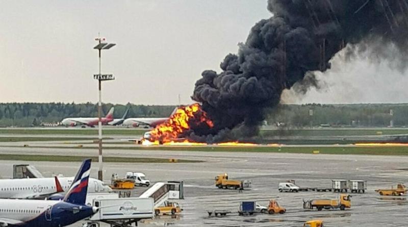 Vídeo- Al menos 41  muertos tras aterrizar de emergencia un avión de pasajeros en llamas en Moscú