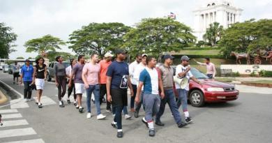 Jóvenes salen en peregrinaje desde Santiago a la capital en defensa a la Constitución