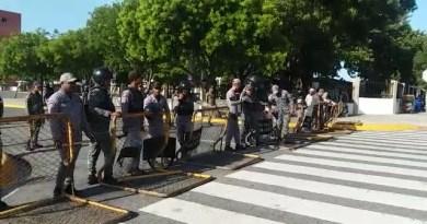 Miembros del Ejército y la Policía agrandan el cerco ante el Congreso Nacional
