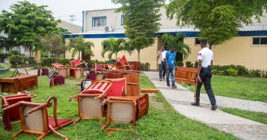 Senadores haitianos tiran muebles a la calle y evitan audiencia del Gobierno
