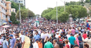 Multitud acompaña a Leonel en marcha al Congreso contra reforma constitucional