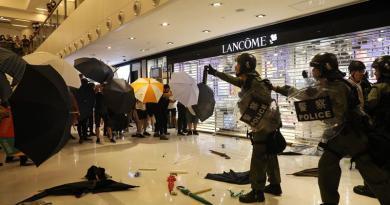 """Policía Hong Kong afirma que manifestantes """"se volvieron locos"""" en protestas"""