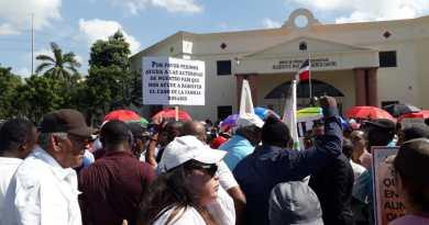 Policía dice miembros familia Rosario agredieron a cuatro agentes durante protesta