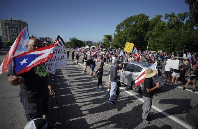 Manifestantes contra gobernador de Puerto Rico bloquean foremost avenida de San Juan