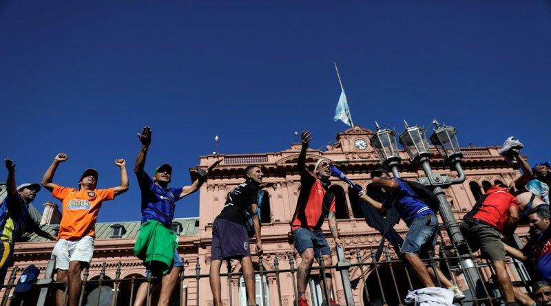 Medios reportan cierre del velatorio público de Maradona dos horas antes en medio de disturbios