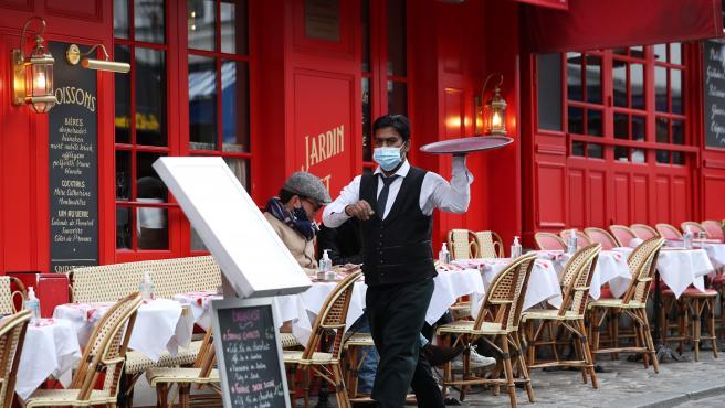 Francia mantiene cerrados restaurantes y bares al menos hasta febrero
