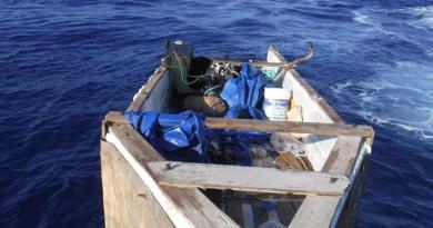 EE.UU. repatría a 17 cubanos interceptados en embarcación precaria en los Cayos