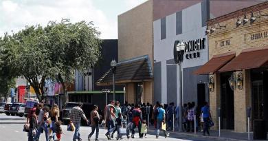 Cientos de menores indocumentados llegan a un centro de convenciones en EE.UU.