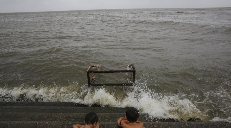 Potencial ciclón azota con lluvia y viento la costa norte del Golfo de México