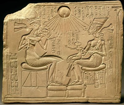 Questa immagine ha l'attributo alt vuoto; il nome del file è akhenaten_nefertiti_and_three_daughters1326170953657.jpg
