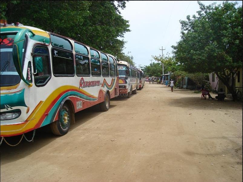 Buses del turismo local, regional. Llegan con los vendedores ambulantes a bordo y sus almuerzos encima. El turismo deja mucha basura y un ingreso económico insignificante