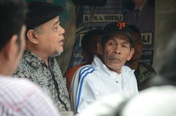 Jaya Arjuna, pengawam lingkungan Medan mendapat perhatian dari seorang warga yang memerhatikannya berbicara