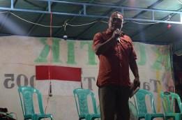 Seniman dan aktivis Anto dari Dewan Kesehatan Rakyat membacakan dua puisi Wiji Tukul, Bunga dan Tembok dan Sajak Tapi Sayang