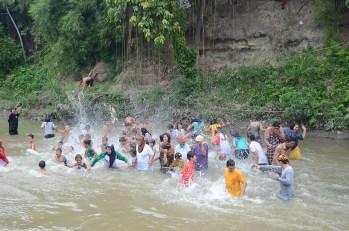Usai upacara bendera, peserta upacara langsung saling menyiramkan air sungai. labosude