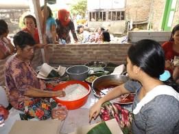 Kaum ibu menyiapkan makan siang untuk peserta aksi bersih sungai.