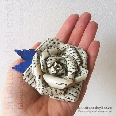 Spilla per lo sposo: rosa in carta da pagine di libro con petali in cartoncino blu