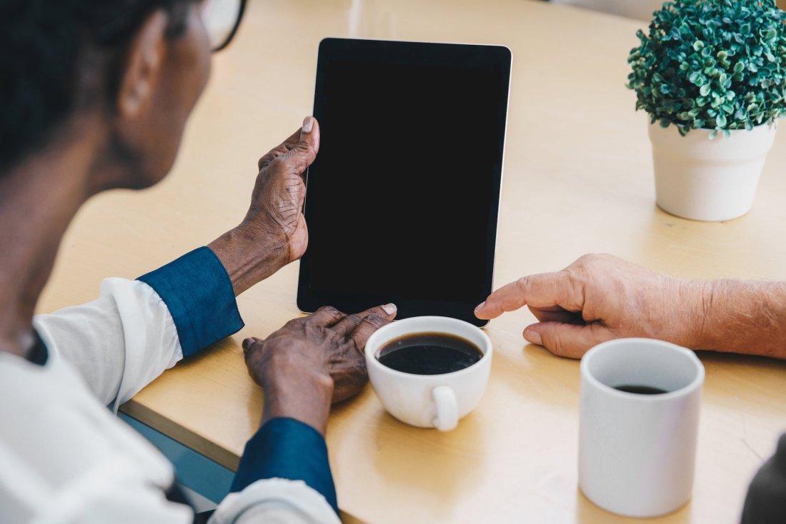 tablette avec mains