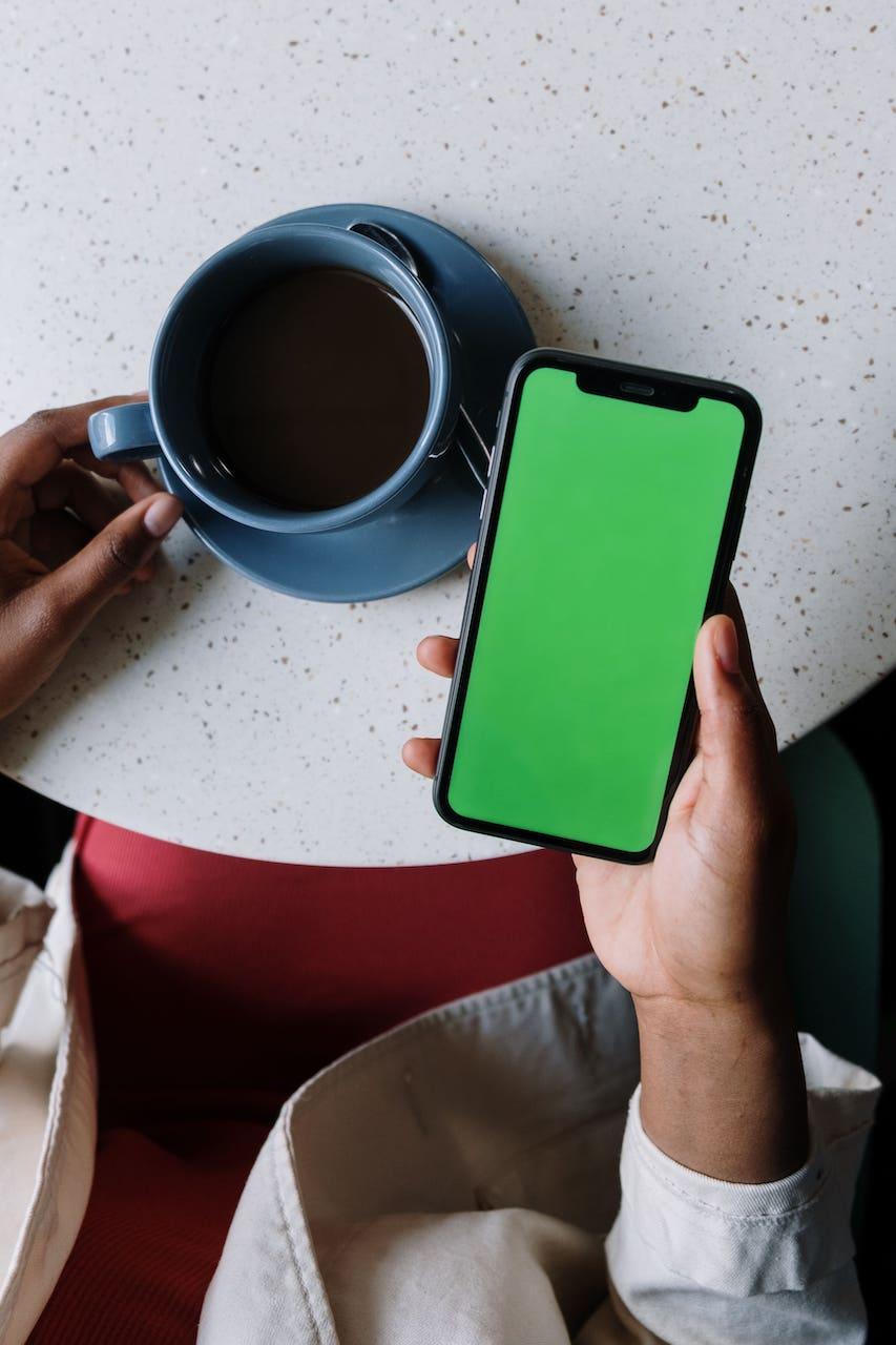 smartphone et cafe