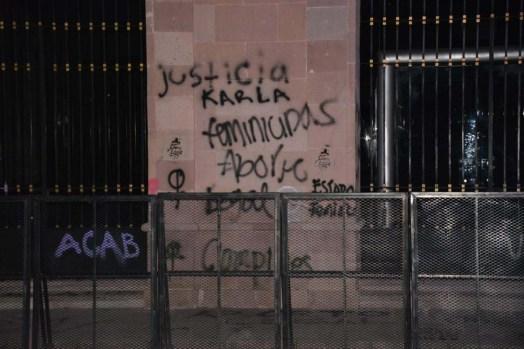 Protesta de mujeres-grafitean fachada Congreso del Estado-3