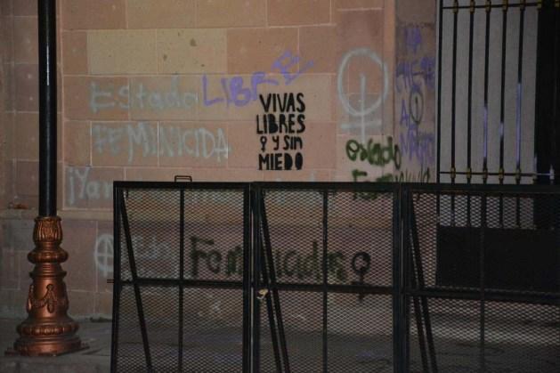 Protesta de mujeres-grafitean fachada Congreso del Estado-5