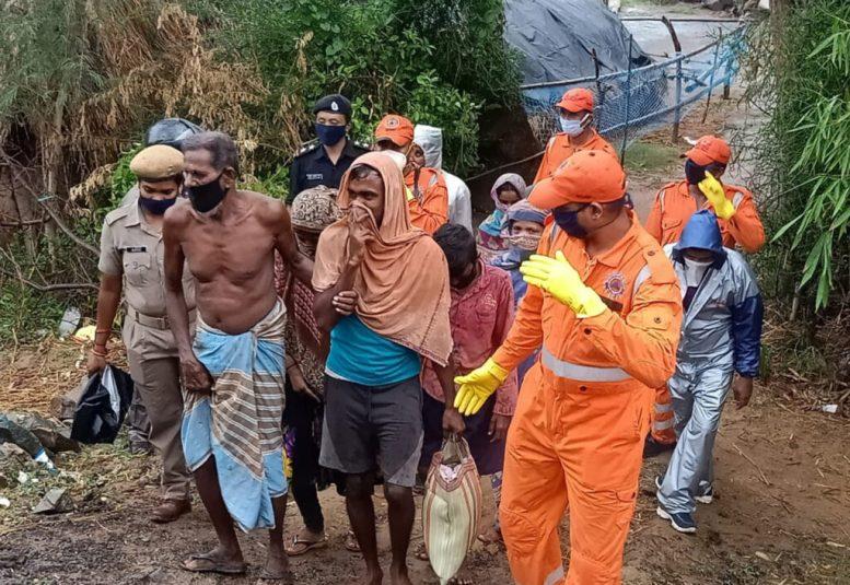 (200520) -- BHADRAK, 20 mayo, 2020 (Xinhua) -- Imagen del 19 de mayo de 2020 de integrantes de la Fuerza Nacional de Respuesta a Desastres evacuando a los aldeanos previo al ciclón Amphan, en el distrito de Bhadrak del estado de Odisha, en el este de India. El Departamento Meteorológico de India dijo el miércoles que el súper ciclón Amphan comenzó a tocar tierra cerca de Sunderbans, en el estado indio oriental de Bengala Occidental, con una velocidad del viento de 160 a 170 km/h con ráfagas de 190 km/h como una tormenta ciclónica extremadamente severa. (Xinhua/Str) (ah) (vf) (ce)