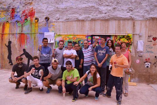 Fundación CEDES firma un divertido mural colectivo en el Décimo Asalto