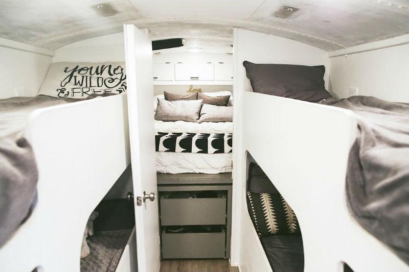 Un viejo autobus transformado en una mini casa