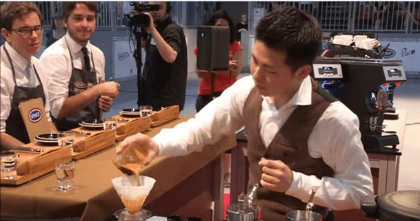 Hidenori Izaki, de Japón, realiza su presentación en el Campeonato Mundial del 2014. Usó café de Costa Rica y ganó.