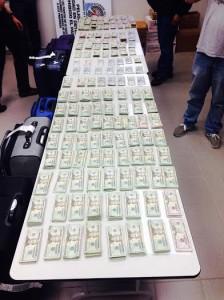 Dinero ocupado por agentes policíacos en el Aeropuerto Rafael Hernández de Aguadilla. (Suministrada)