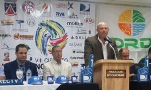 El licenciado Jorge Sosa, director ejecutivo de la Fundación Mayaguez 2010, durante la conferencia de prensa del NORCECA de Voleibol de Playa.