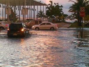 Inundación ocurrida el domingo al anochecer del domingo cerca de la Plaza de las Banderas en El Litoral de Mayaguez (Foto Radiocb React Mayaguez / Facebook).
