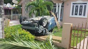 Otro ángulo del accidente ocurrido en la carretera 4417 del barrio Mamey de Aguada (Suministrada por Rescate Cortés y Jerry Rodríguez).