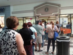 La fila del lunes, 29 de diciembre, en la Oficina Comercial del Mayaguez Mall (Suministrada).