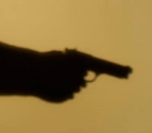 apuntando una arma