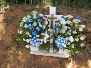 Cruz que marca el lugar donde fue asesinado el sargento Abimael Castro Berrocales en la carretera PR-100 de Cabo Rojo (Foto Julio Víctor Ramirez Torres).