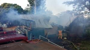 Otro ángulo de cómo quedó la residencia incendiada. Haga click sobre la imagen para agrandarla (Suministrada Bomberos).