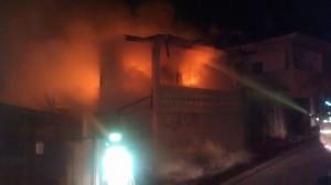 Bomberos luchan para apagar las llamas (Foto Facebook).