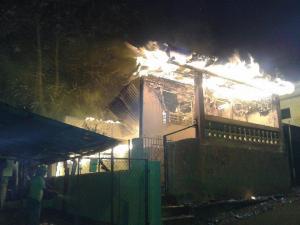 Las llamas consumen el lunes en la madrugada otra residencia localizada en el Camino Justiniano de Mayaguez (Foto Facebook).