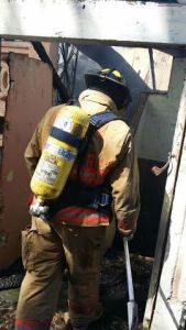 Bomberos extinguieron el incendio provocado por un sujeto en la Barriada Esperanza de Guánica (Archivo).