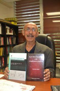 El Dr. Nestor Pérez muestra orgulloso su libro de texto traducido al chino (Suministrada RUM).